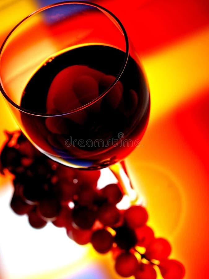 Vetro di vino & priorità bassa dell'uva fotografie stock libere da diritti