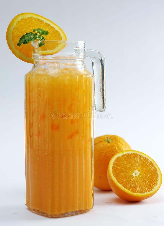 Vetro di vino arancio con frutta fresca su fondo bianco immagine stock