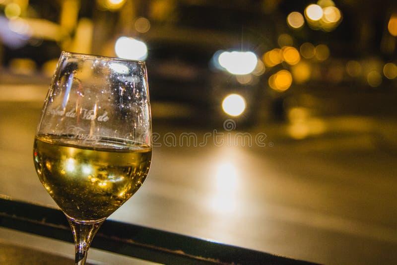 Vetro di vino bianco alla notte fotografie stock libere da diritti