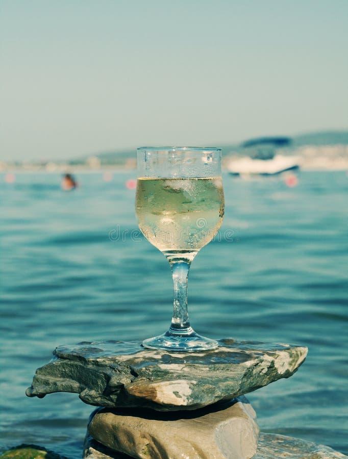 Vetro di vino bianco dalla costa immagine stock