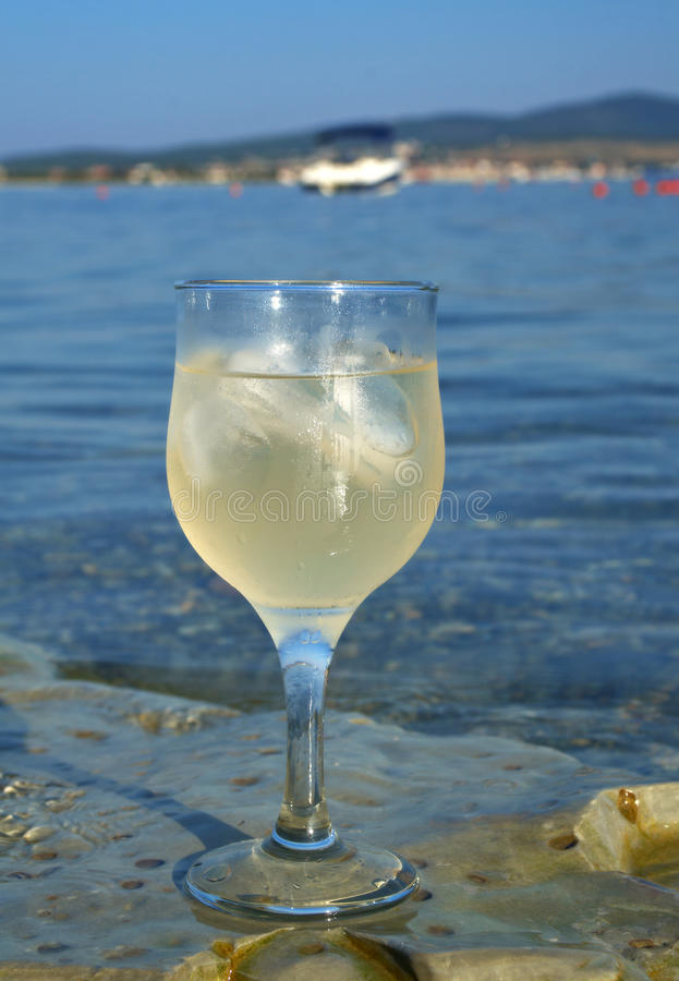 Vetro di vino bianco dalla costa fotografie stock libere da diritti