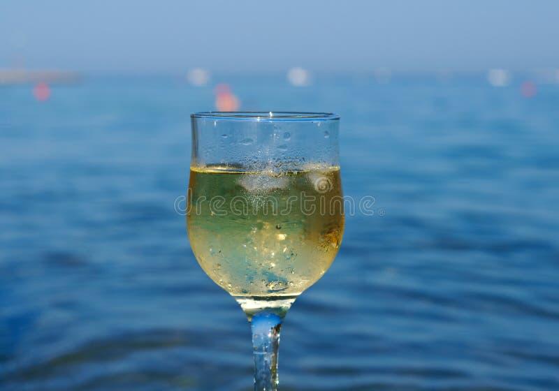 Vetro di vino bianco dalla costa immagini stock