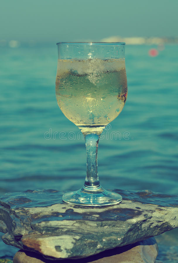 Vetro di vino bianco dalla costa fotografie stock