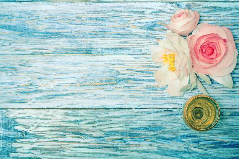 Vetro di vino bianco e dei fiori fotografia stock libera da diritti
