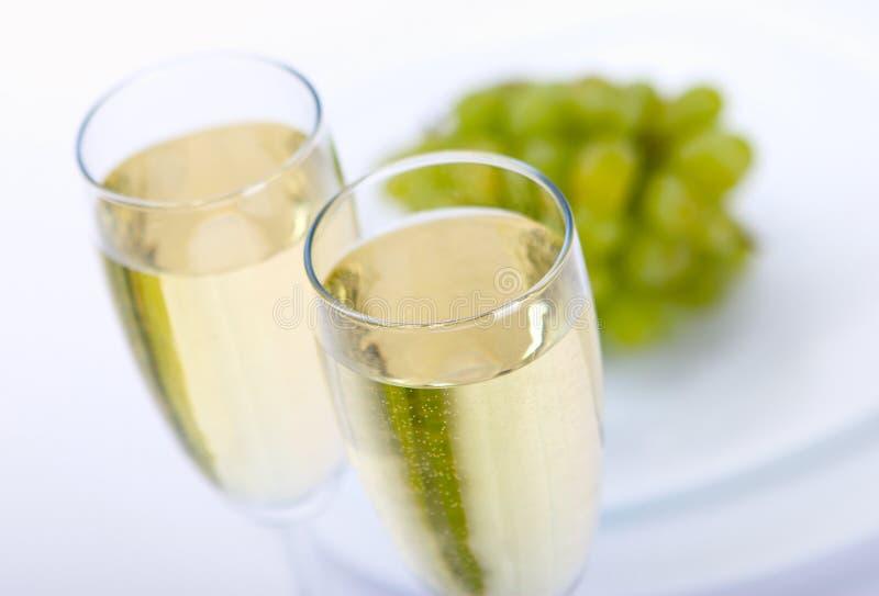 Bicchiere di vino con l'uva fotografia stock