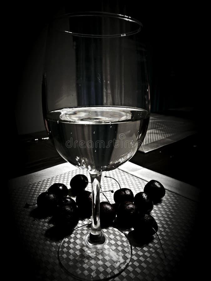 Vetro di vino con le ciliege fotografie stock