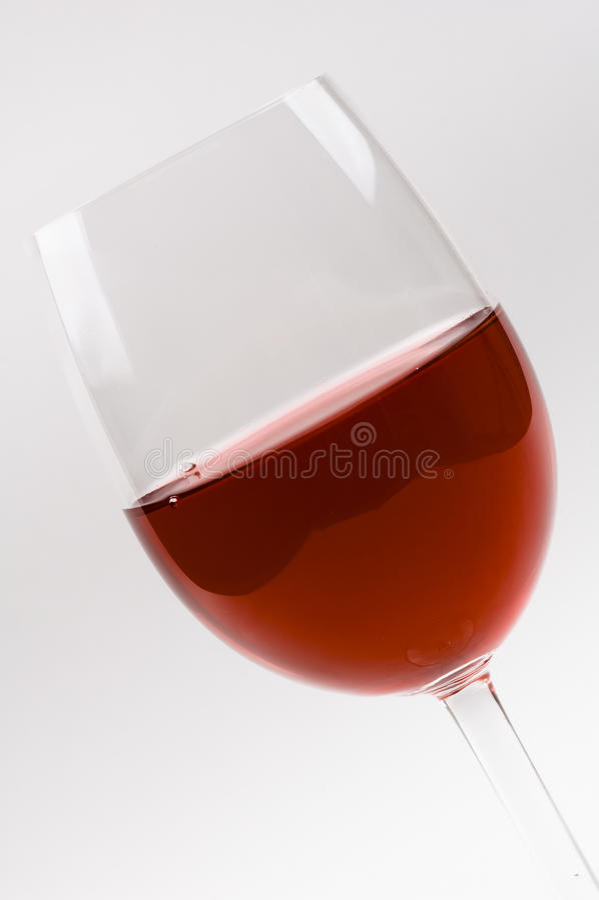 Vetro di vino con vino rosso isolato su bianco. fotografie stock libere da diritti