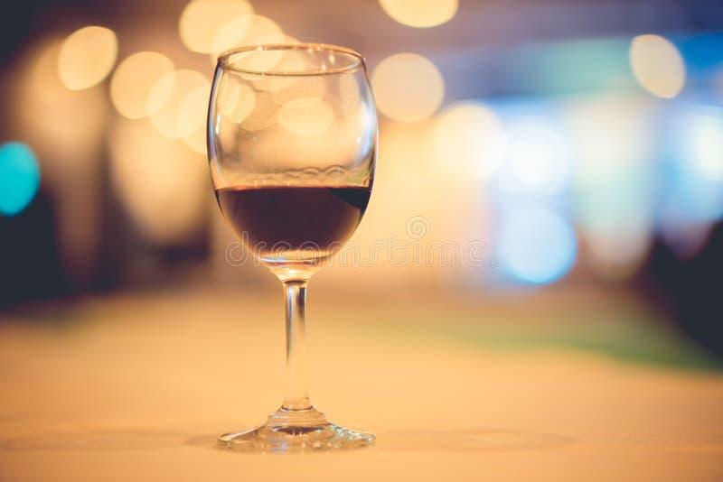 vetro di vino costoso ad una cena lussuosa fotografia stock