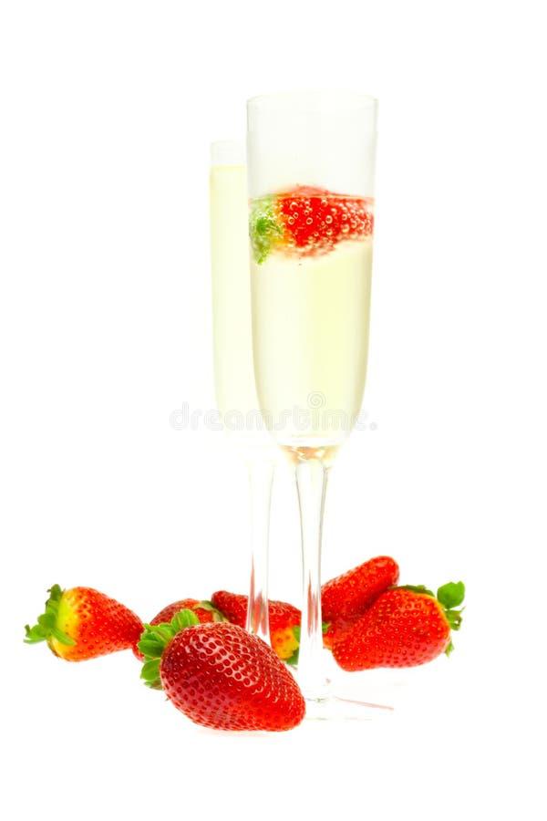 Vetro di vino di champagne e delle fragole immagine stock libera da diritti