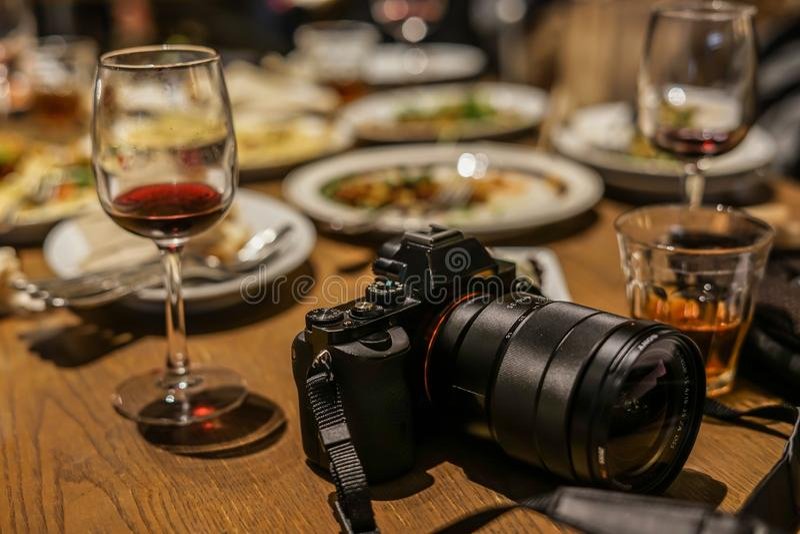 Vetro di vino e della macchina fotografica fotografie stock libere da diritti