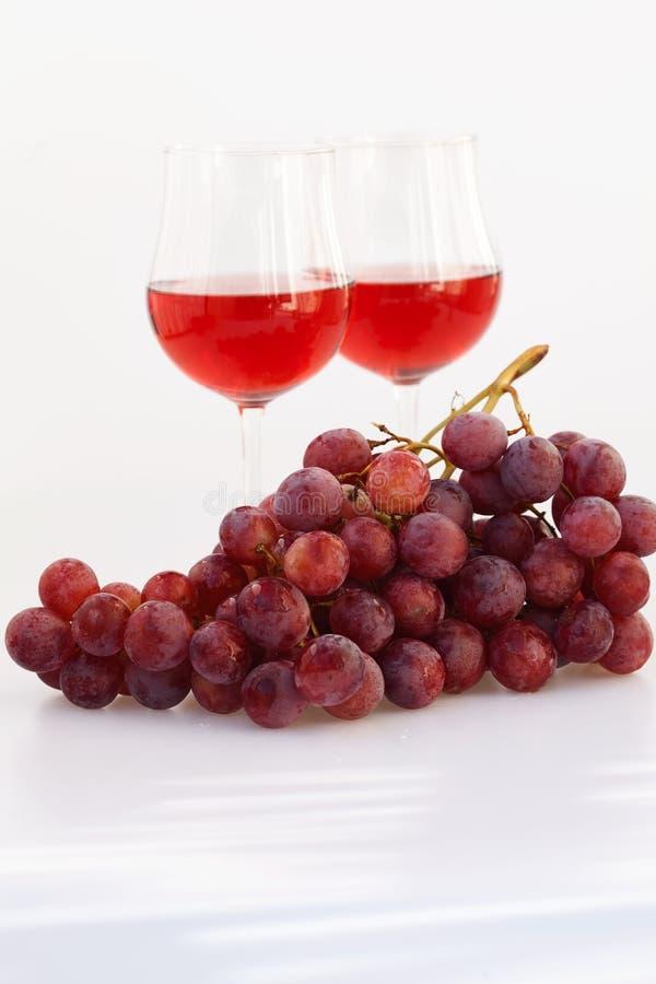 Vetro di vino e un mazzo di uva fotografia stock libera da diritti
