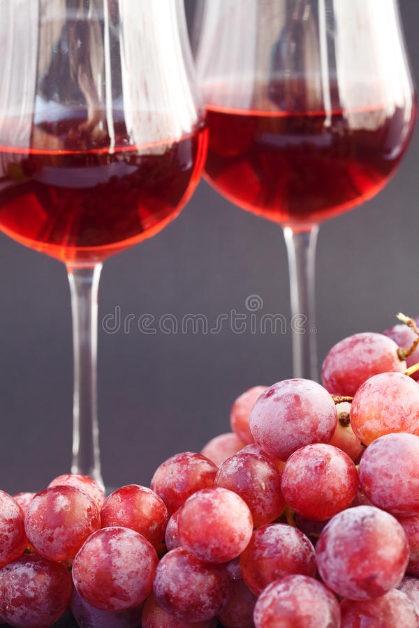 Vetro di vino e un mazzo di uva fotografie stock