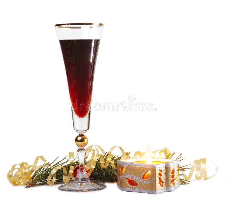 Vetro di vino e una candela del fuoco fotografia stock