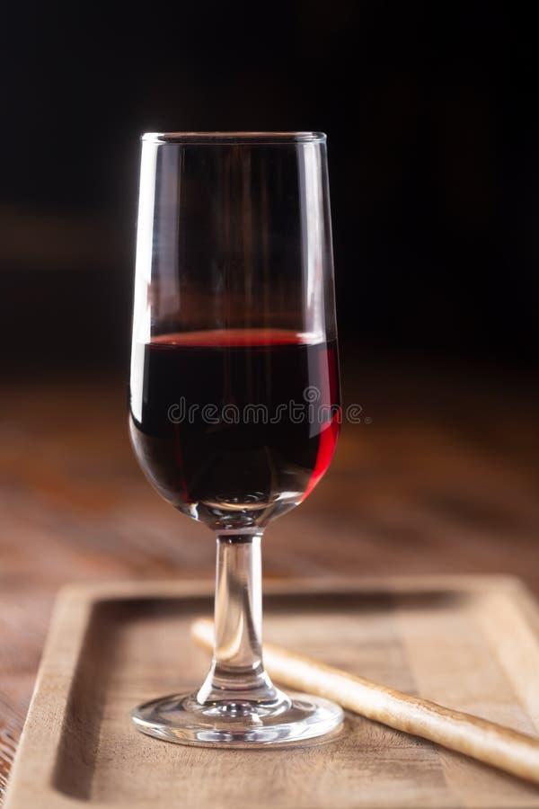 Vetro di vino di porto sul tavolo di legno e su fondo scuro immagini stock