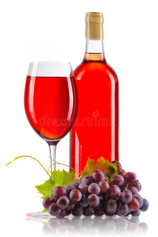 Vetro di vino rosato con la bottiglia e l'uva matura isolate fotografie stock
