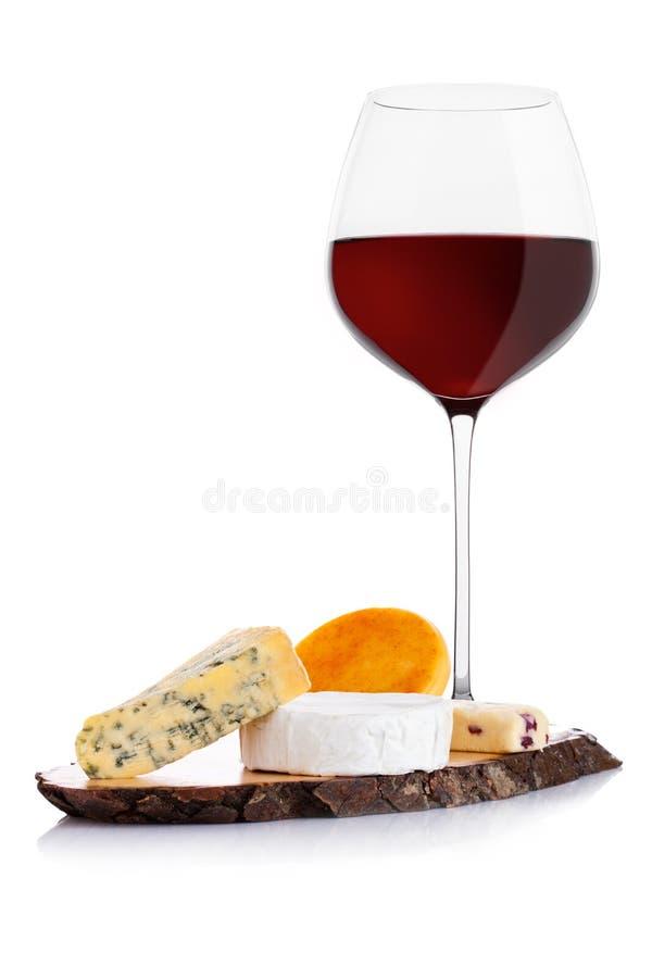 Vetro di vino rosso con la selezione e l'uva del formaggio fotografie stock libere da diritti