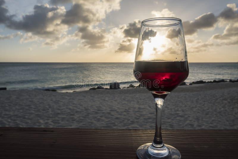 Vetro di vino rosso contro il tramonto #2 fotografia stock