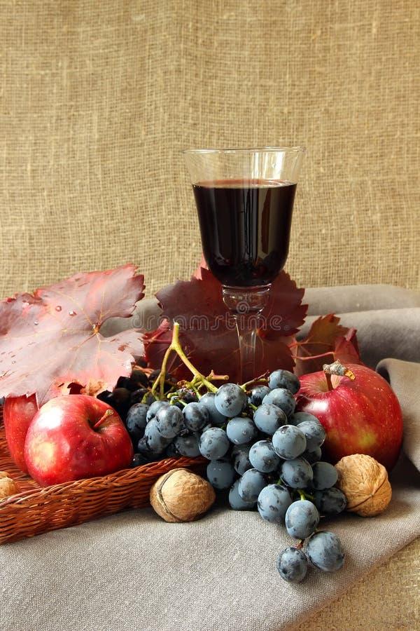 Vetro di vino rosso e dell'uva immagini stock libere da diritti