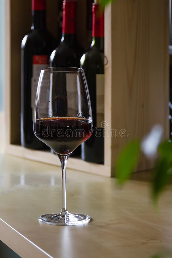 Vetro di vino rosso nell'interno immagini stock