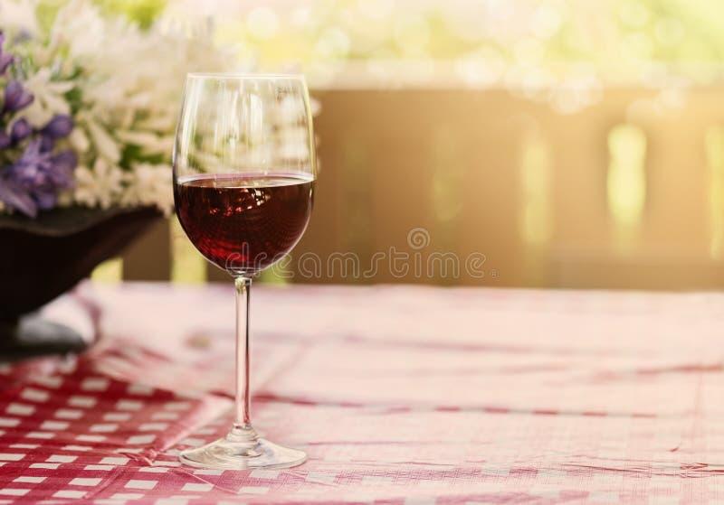 Vetro di vino rosso su sfondo naturale fotografie stock