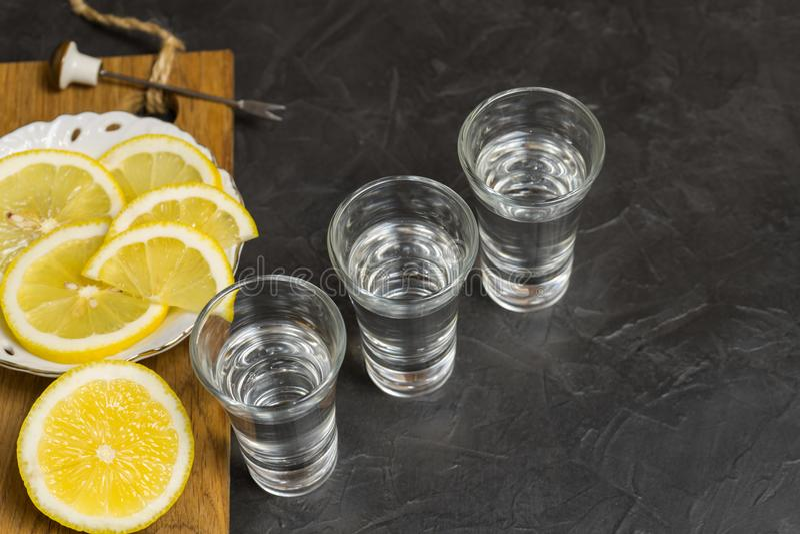 Download Vetro Di Vodka E Limone Che Affetta Su Un Piatto Posto Per Il Vostro Testo Immagine Stock - Immagine di frutta, background: 117979607