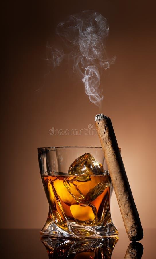 Vetro di whiskey e del sigaro immagine stock