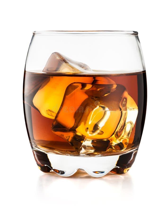 Vetro di whiskey isolato su fondo bianco fotografie stock