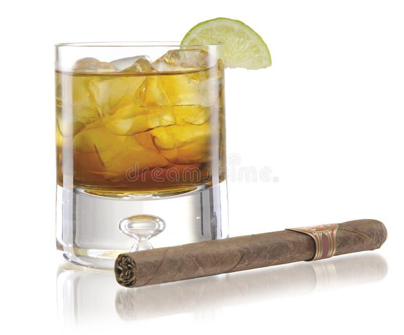 Vetro di whisky con il sigaro immagine stock