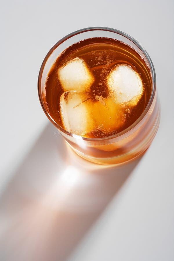 Vetro di whisky con un ghiaccio fotografie stock libere da diritti