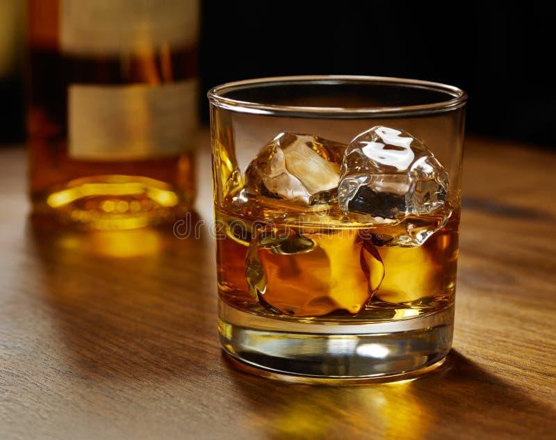 Vetro di whisky sulle rocce immagine stock libera da diritti