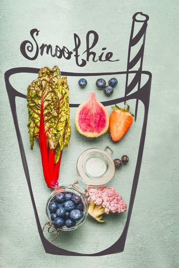 Vetro dipinto con gli ingredienti della bevanda della disintossicazione o del frullato: broccoli rosa, fragole, mirtilli e bietol immagini stock