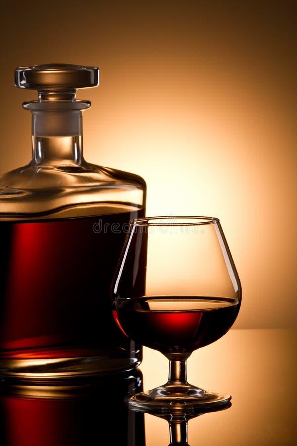 Vetro e bottiglia del cognac fotografie stock