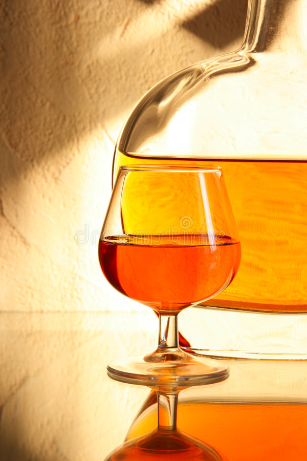 Vetro e bottiglia della ventosa del brandy immagine stock