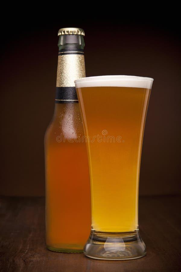 Vetro e bottiglia di birra fotografia stock