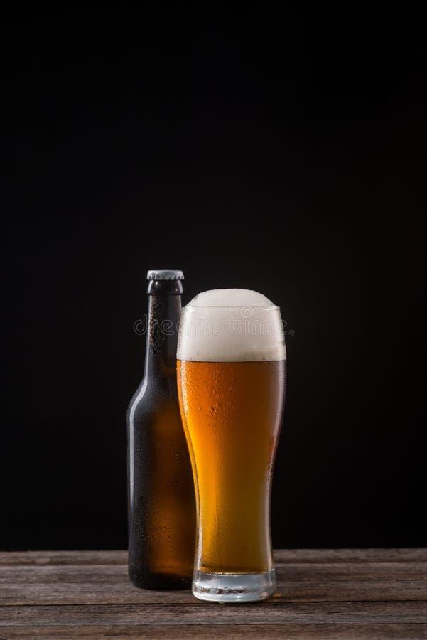 Vetro e bottiglia di birra inglese fotografie stock libere da diritti