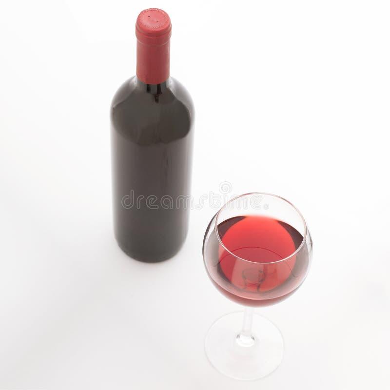 Vetro e bottiglia di vino rosso Vista superiore insolitamente fotografia stock