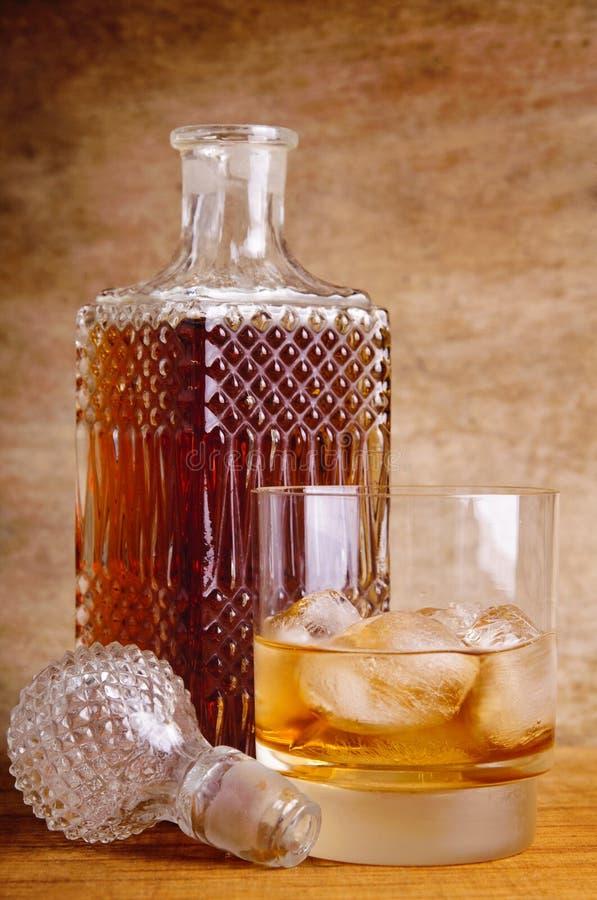Vetro e bottiglia di whisky immagini stock libere da diritti
