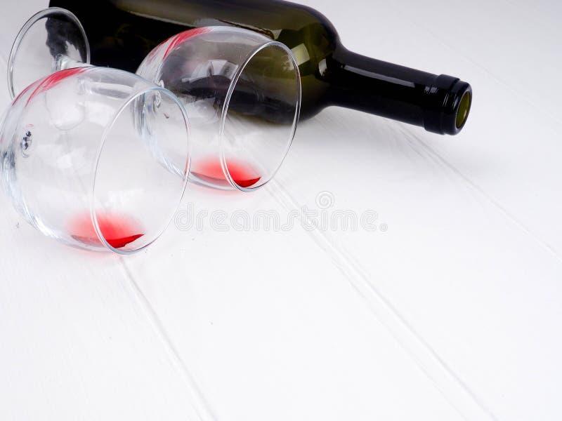 Vetro e bottiglia su un fondo di legno, bottiglia di vino rosso e vetri di vino che si trovano su una vecchia tavola di legno Fin fotografia stock
