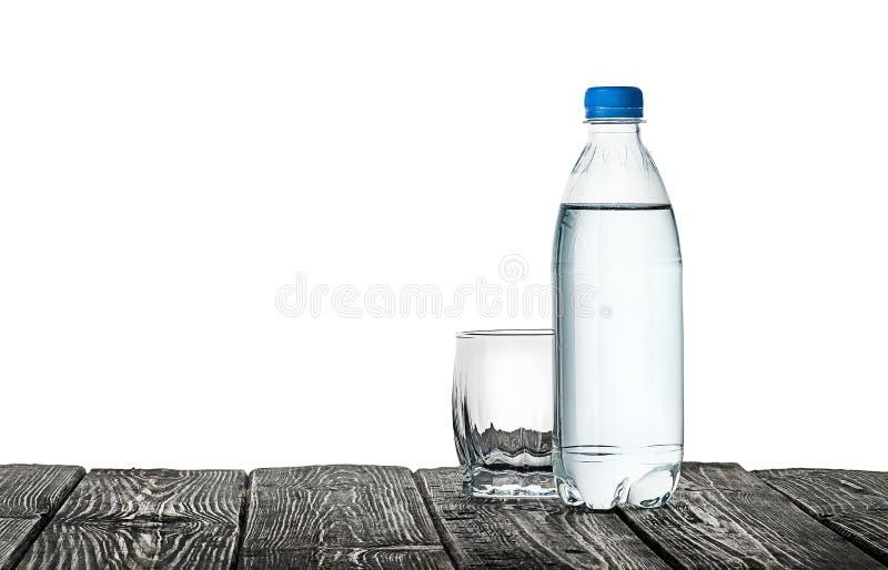 Vetro e bottiglia vuoti di acqua immagine stock libera da diritti