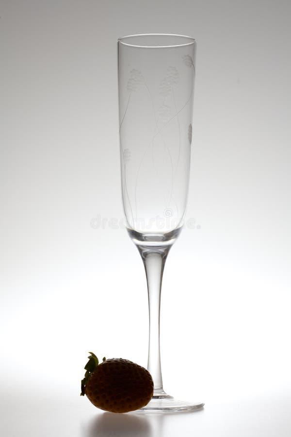 Vetro e fragole di vino su una priorità bassa grigia fotografie stock