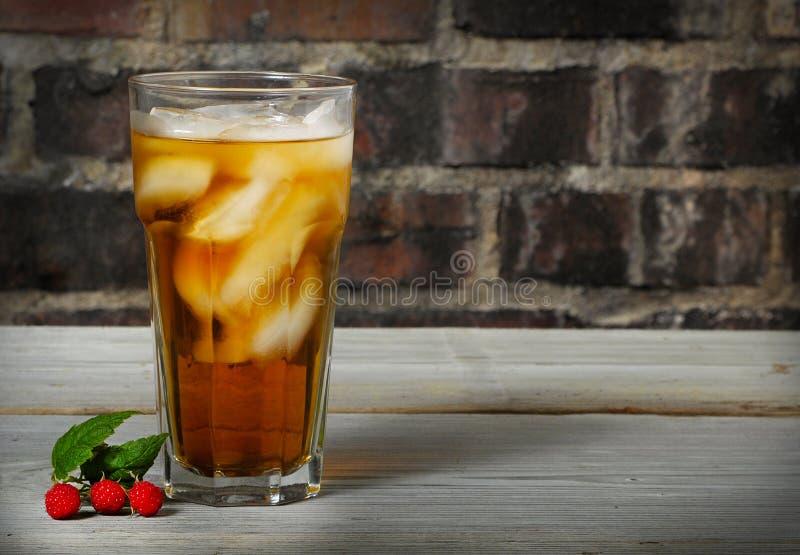 Vetro a freddo alto del tè di ghiaccio del lampone fotografie stock libere da diritti