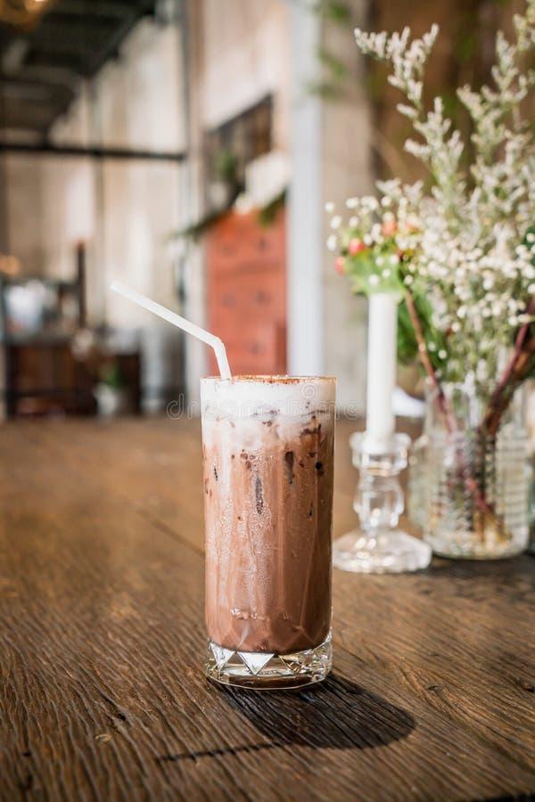vetro ghiacciato del cioccolato in caff? fotografia stock