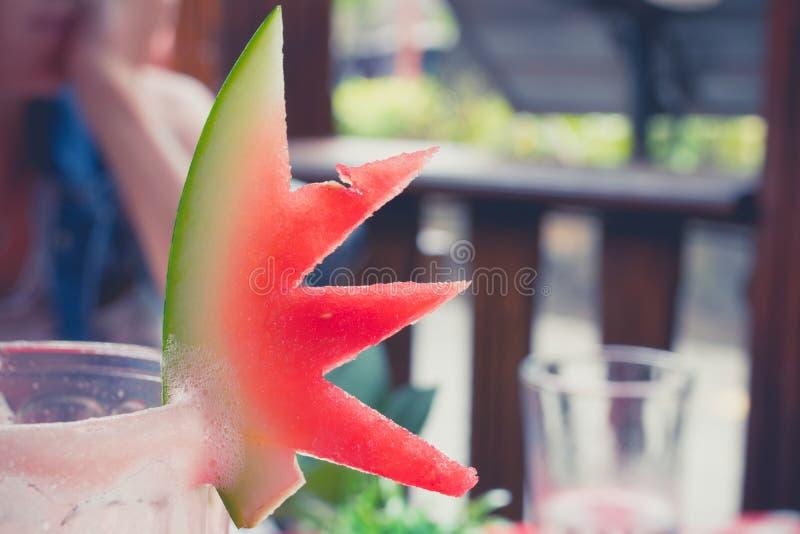 Vetro ghiacciato del succo dell'anguria su una tavola rossa nell'interno del caffè e del ristorante Isola tropicale di Bali, Indo immagine stock