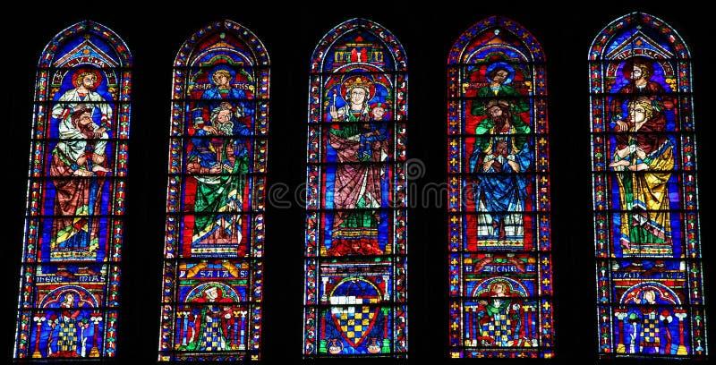 Vetro macchiato alla cattedrale di Chartres fotografia stock