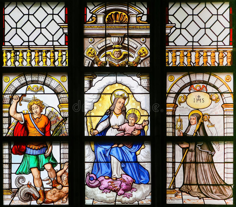 Vetro macchiato - arcangelo Michael, Madonna e bambino e san T fotografia stock
