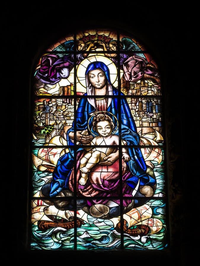 Vetro macchiato artistico nel DOS Jeronimos Jeronimos di mosteiro immagini stock libere da diritti