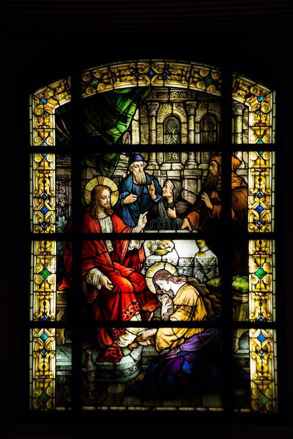 Vetro macchiato con Jesus Christ in una chiesa cattolica fotografia stock libera da diritti