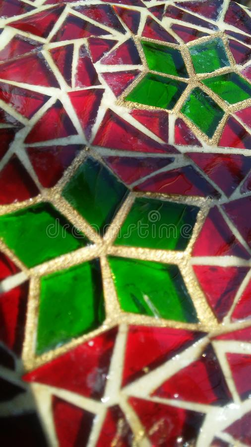 Vetro macchiato decorativo con il motivo rosso e verde di Natale immagine stock libera da diritti
