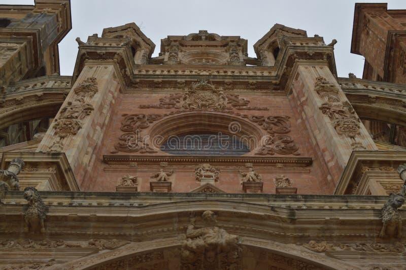 Vetro macchiato della facciata principale della cattedrale a Astorga Architettura, storia, Camino De Santiago, viaggio, via fotografia stock
