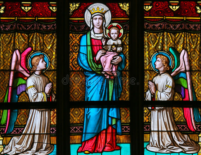 Vetro macchiato - madre Maria ed angeli fotografie stock libere da diritti